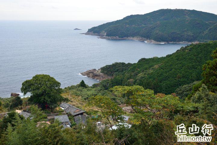 相傳是徐福登陸的海灣,左下方大樹中的鳥居就是徐福宮所在